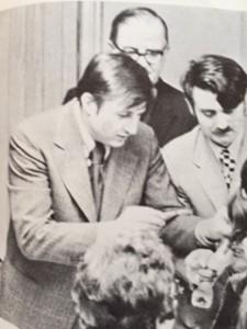 Dr Leka nga e majta duke vaksinuar fëmijtë shqiptarë në Kishën katolike Shqiptare në Bronks, viti 1972